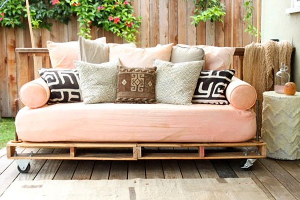 Pinterest diy inspiration 346 living for Outdoor pallet daybed